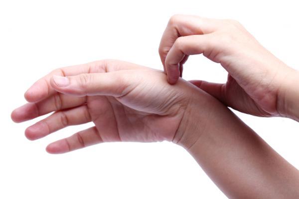 dureri la încheietura mâinii după o rănire veche)