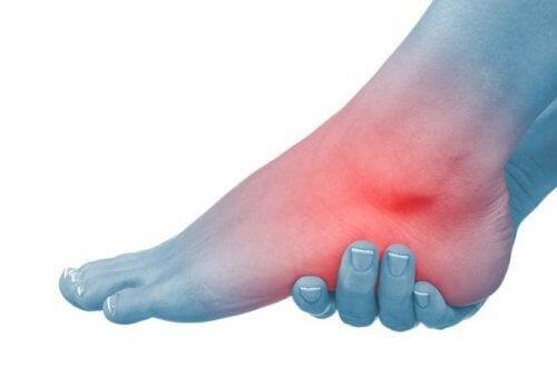 durere ascuțită la nivelul picioarelor în articulația gleznei)