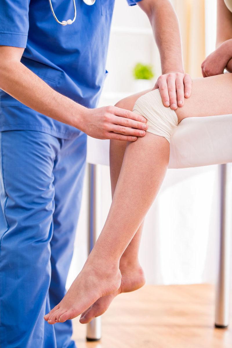 durere severă bruscă la nivelul articulației genunchiului