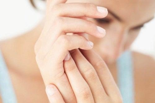 cum să alinați umflarea articulațiilor degetelor