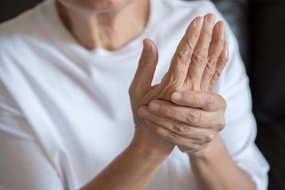 bunica frecând pentru tratamentul articulațiilor