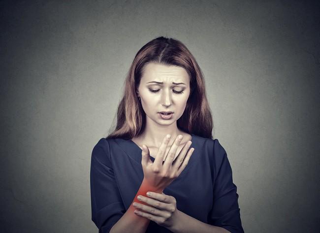 Articulațiile în coatele mâinilor doare