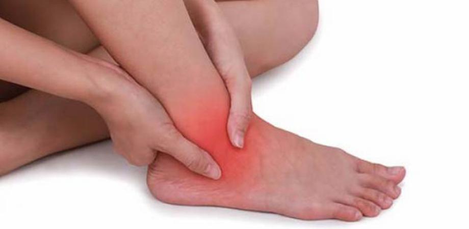 durere ascuțită la glezna piciorului stâng)
