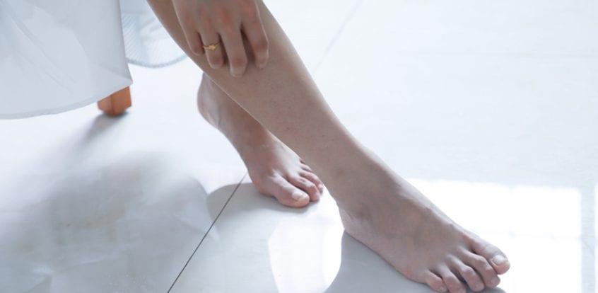 ce poate răni în picior sub articulație
