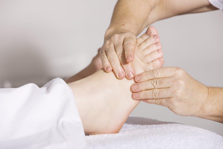 umflarea pielii din jurul articulației)